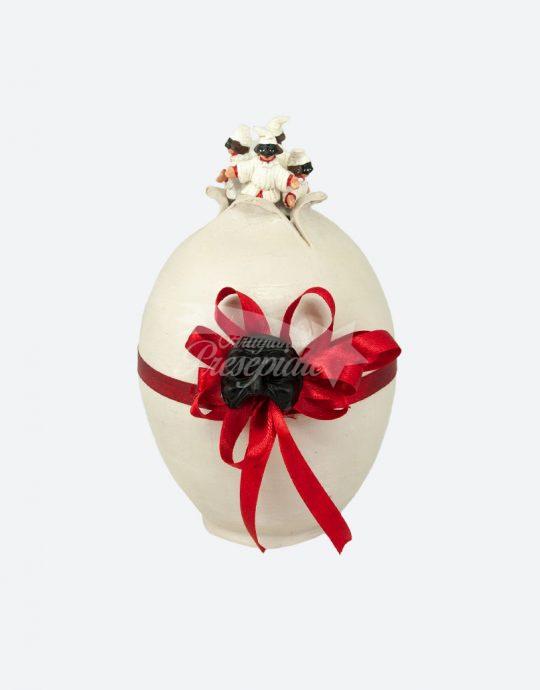 Uovo con mini pulcinella in cima